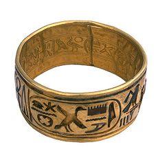 Pulsera del Rey Psusennes I.    Tercer rey de la dinastía XXI, pulsera de oro tallada por su  interior y exterior. El rey usaba entre dos y veinte pulseras en el brazo, esta es la pulsera mas grande y mas pesada de todas, y se destaca  por su forma y diseño. . .