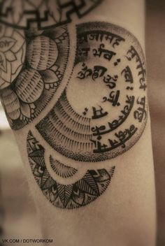 geometric shapes and the curving of the script - sanskrit tattoo Buddha Tattoos, Tribal Tattoos, Up Tattoos, Trendy Tattoos, Body Art Tattoos, Sanskrit Tattoo, Mantra Tattoo, Shiva Tattoo, Form Tattoo