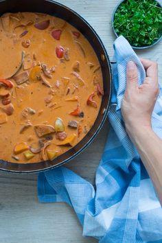Uhm, denne her simreret blev helt igennem suveræn. Jeg lavede den til aftensmad, da Noah havde fødselsdag for et par uger siden og jeg er virkelig tilfreds med resultatet. Retten er vel nærmest en suppe, men med masser af fyld, så der er lidt at tygge på. Her er både en masse grøntsager, kartofler, skært … Italian Recipes, Crockpot Recipes, Cooking Recipes, I Love Food, Good Food, Yummy Food, Food N, Food And Drink, Danish Food