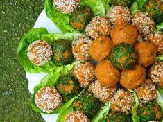 Bulgur Bällchen mit roten Linsen, gewälzt in frischer Petersilie, Sesam- und Hanfsamen. Ein türkisches Rezept, dass euch garantiert schmecken wird!