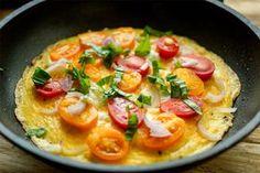 Gesundes Omelette mit Tomaten, Zwiebeln und Basilikum