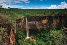 Cachoeira Véu da Noiva (Chapada dos Guimarães - MT) Cartão postal da Chapada de Guimarães, a cachoeira Véu de Noiva, formada pelo rio Coxipó, com 86m de queda livre, é o principal ponto de visitação do Parque Nacional.
