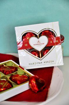 Nicht nur für Verliebte... sondern für alle Marzipanliebhaber  – die Zartbitter-Herzen von Niedegger