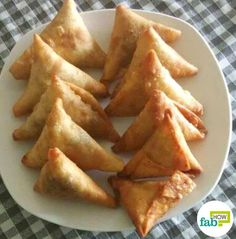 Samosas are a fried or baked pastry usually made in a triangular shape. Delicious fillings of spiced vegetables, beef, chicken, lentils or any other spice are a crucial part of. Kenyan Beef Samosa Recipe, Meat Samosa, Sambusa Recipe, Samosas, Beef Recipes, Cooking Recipes, Dump Recipes, Dump Meals, Freezer Meals