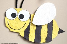 Torn paper bee craft with free printable template. These make an adorable hallway display! Bee Crafts For Kids, Bug Crafts, Toddler Crafts, Art For Kids, Insect Crafts, Bee Template, Templates Printable Free, Bee Wings, Bee Free