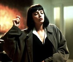 Mia Wallace, Pulp Fiction (Uma Thurman) - Blunt retro fringe above the brows, with a blunt bob; Uma Thurman Pulp Fiction, Uma Thurman Movies, Quentin Tarantino, Tarantino Films, Mia Wallace, Fritz Lang, Farrah Fawcett, Film Serie, Western Style