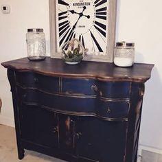 Peindre un meuble en bois avec de la peinture à la craie | Colorantic Buffet, Cabinet, Storage, Furniture, Home Decor, Chalk Painting, Painted Furniture, Wood Furniture, Glass Garden