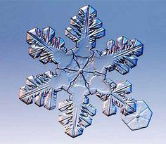 """Les cristaux de neige se forment dans les nuages à partir de goutelettes d'eau en surfusion. A -12°C, il se forme des """"noyaux de congélation"""", de diamètre 0,1 à 10 micromètres"""