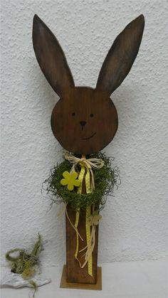 Deko Holz Pfosten OSTERHASE braun liebevoll dekoriert Handarbeit 70 cm