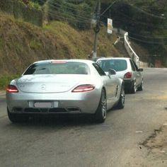 Itaipava/RJ - Montadora: Mercedes - Modelo: SLS 63 AMG - Motor: 6.2 V8 de 571cv - Torque (kgfm): 6500 em 4750rpm - Câmbio: Automatizado twin-clutch de 7 velocidades - Tração: Traseira - Peso: 1695kg - 0100km/h: 38s - Velocidade Máxima: 317km/h - Ano: 2011 - Preço Médio: - Fonte das Specs: Carros na Web - Fonte dos Textos: Uol Carros - Fonte e/ou Autor da Foto: @Gt3Turbo e @BrunoLavinasGT3  A Mercedes-Benz já vende no Brasil a versão cupê do SLS AMG superesportivo de dois lugares mais…