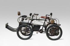 Adjugé 52 000 euros par Osenat à Fontainebleau le 14 juin 2015 : PHEBUS Quadricycle à moteur De Dion Bouton n° 1611. Année : vers 1901.