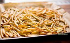 Recept na výborné domácí hranolky v troubě. Připravte si bramborové hranolky, jež obsahují minimum tuku a jsou vhodné při hubnutí. Jsou lepší než kupované.