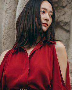 Krystal looks stunning in red at 'Milan Fashion Week' Krystal Fx, Jessica & Krystal, Jessica Jung, Kpop Girl Groups, Korean Girl Groups, Kpop Girls, Krystal Jung Fashion, Sulli, Famous Girls