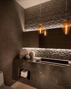 Подвесные светильники и оригинальная подсветка вписываются в общий дизайн помещения