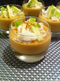 Panna cotta with lobster bisque, crumbled crab and green apple matches - see the. Seafood Appetizers, Great Appetizers, Appetizer Recipes, Soup Recipes, Panna Cotta, Tapas, Entree Festive, Lobster Bisque, Healthy Drinks