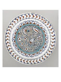 Plat à décor de fleurs et de médaillon - Musée national de la Renaissance (Ecouen)