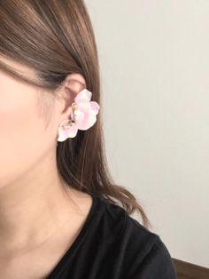 人気新色片耳お花と天然石イヤリング ピンク×白 ハンドメイド、手作り、手仕事品の通販・販売・購入ならCreema。