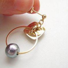 7de4971fd75f レトロなボタンをイヤリングやピアスに作り替えます。今回はボタン足を利用して、サークルモチーフをつけてみました!... #diyjewelry