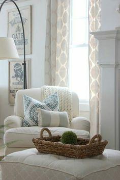 grand fauteuil blanc et grand pouf rectangulaire