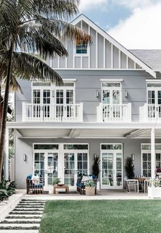A luxurious Hamptons style home in Sydney's Eastern Suburbs designed by Coco Republic Interior Design. Photography: Maree Homer - April 13 2019 at Die Hamptons, Hamptons Style Homes, Hamptons Beach Houses, Hamptons Bedroom, Style At Home, Home Interior Design, Exterior Design, Interior Design Photography, Grey Exterior