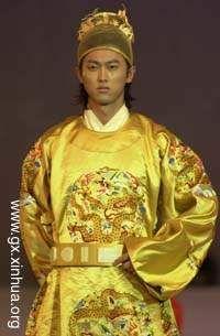 明朝汉族男子服式依然沿袭了大襟右衽交领和圆领这两种传统服饰式样。   这种就是圆领式样。(明朝皇帝服饰)