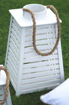 Biały, drewniany lampion ze sznurkiem w stylu Long Island.