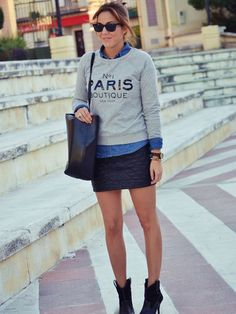 Look bestseller. No le falta detalle, porque lleva la prenda estrella con otra pieza imprescindible. la falda de piel acolchada.