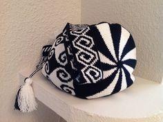 Wayuu Mochila Tapestry Bag, Tapestry Crochet, Tribal Patterns, Macrame Patterns, Crochet Chart, Free Crochet, Boho Bags, Crochet Purses, Crochet Fashion