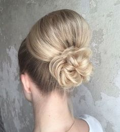 What the heck are you supposed to do with long hair? The truth is, long hair is very versatile when in comes to updos. Elegant Hairstyles, Bride Hairstyles, Cool Hairstyles, Dark Hair With Highlights, Bright Highlights, Loose Updo, Hair And Makeup Artist, Very Long Hair, Light Hair
