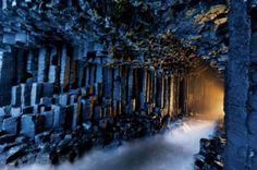 Cueva de Fingal, Escocia. Esta es otra formación de prismas basálticos, un espectáculo que parece artificial pero es parte de la gran maestría de la naturaleza para crear verdaderas obras de arte.