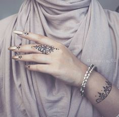 My simple Henna design is going through the internet all over the world! I'm so glad you like it girls ❤❤❤ . Henna Tattoo Hand, Tattoo Off, Henna Mehndi, Henna Art, Hand Tattoos, Henna Tattoo Designs Simple, Intricate Tattoo, Beautiful Henna Designs, Mehndi Designs