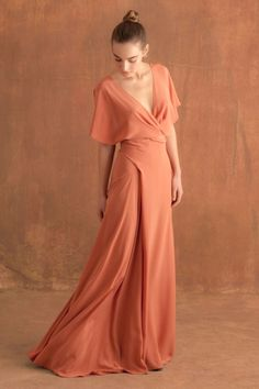 Long silk evening dress, with butterfly sleeves, crossed at the front and with a V-shaped neckline. The skirt ties with a knot at the back. Available in blue and light blush. Ready-to-wear with an artisanal touch, crafted in Barcelona. Source by Dresses Bridesmaid Dresses, Prom Dresses, Formal Dresses, Wedding Dresses, Chiffon Dresses, Fall Dresses, Long Dresses, Dress Long, Chiffon Rock