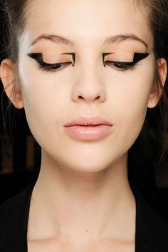 Graphic Eye & Black Liquid Eye Liner Trend Autumn Winter 2012-13 MARY KATRANTZOU – Val Garland was responsible for the geometric liner looks at Mary Katrantzou, creating bold statements on otherwise bare faces.