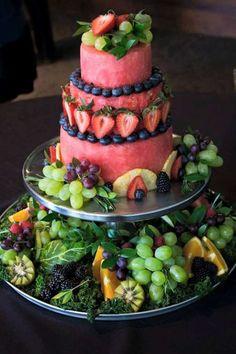 Un gâteau de mariage en fruits