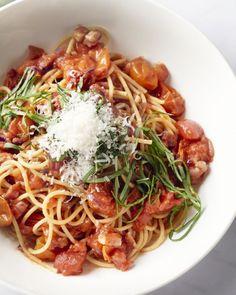 Amatriciana-saus is een op-en-top Italiaanse saus die zijn origine kent in het dorpje Amatricia in de provincie Lazio. Een lekker pittige saus met spek, lekker!