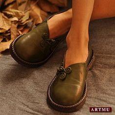 Кожаные туфли на сплошной подошве с декоративной застежкой клевант