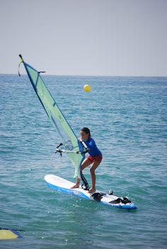 Aprendiendo a hacer windsurf en la Costa Dorada