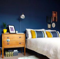 We love the colour combination @makingspacesnet has used for her bedroom - great choice!