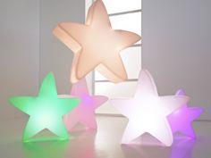 Ein besonderer Clou: Dank einer Aufhängevorrichtung lässt sich der LUMENIO LED Stern nicht nur auf dem Boden platzieren, sondern auch von Wänden und Decken abhängen.