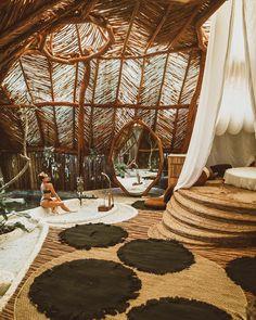 "210.2 mil Me gusta, 661 comentarios - Flavia Pavanelli (@flaviapavanelli) en Instagram: ""Lugar lindo de todos os ângulos 👒🌿 ph @lucaspinhel"" Beautiful Buildings, Beautiful Places, Spa Privatif, Bamboo Architecture, Cool Tree Houses, Bamboo House, Casa Real, Japanese Interior, Beach Houses"