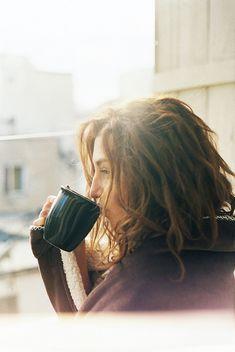 Geniet die oggendson wanneer jy jou eerste koffie van die dag drink