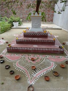 Beautiful rangoli near tulsi kota. Indian Home Interior, Home Interior Design, Modern Interior, House Plants Decor, Plant Decor, Tulasi Plant, Tulsi Vivah, Mandir Design, Ethnic Home Decor