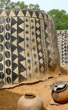 The Beautiful Hand-Drawn Home Facades Of Burkina Faso Interesting Buildings, Amazing Buildings, Vernacular Architecture, Art And Architecture, African House, Afrique Art, Folk, 3d Prints, Facade Design