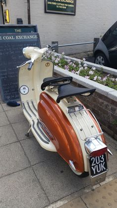 Lambretta Li series II - Lovely looking scooter Vespa Ape, Lambretta Scooter, Scooter Motorcycle, Vespa Scooters, Moto Bike, Motorised Bike, Baby Bike, Motor Scooters, 50cc