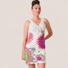 Robe MARTHA 2 Blanc Coton du Monde Boutique en ligne de vêtements ethniques pour femmes. Robe fraîche en coton, coupe ultra-féminine, ajustable à la poitrine avec un lien. Fond blanc, motifs mandala.