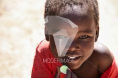 Criança a comer/Child eating by Artur Cabral – Moderimage