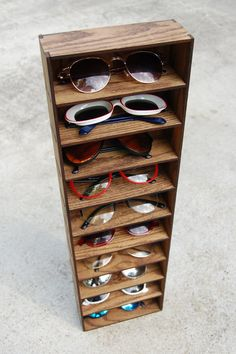 He encontrado este interesante anuncio de Etsy en https://www.etsy.com/es/listing/107352927/sunglass-organizer-holder-display-case