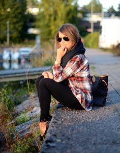 Calças pretas + camisa quadrados vermelha + lenço preto + botas pretas ou camel