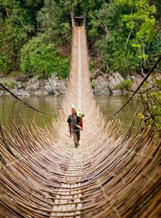 Cane ponte - aldeia Kabua - República do Congo Places Around The World, Oh The Places You'll Go, Places To Travel, Places To Visit, Around The Worlds, Travel Things, Travel Stuff, Magic Places, Adventure Is Out There