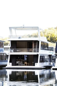 Pipkorn & Kilpatrick launch themselves onto the design scene by tackling the challenge of redesigning a Lake Eildon Houseboat. Luxury Houseboats, Pontoon Houseboats For Sale, House Boats For Sale, Floating Architecture, Houseboat Living, Water House, Floating House, Floating Island, Boat Design